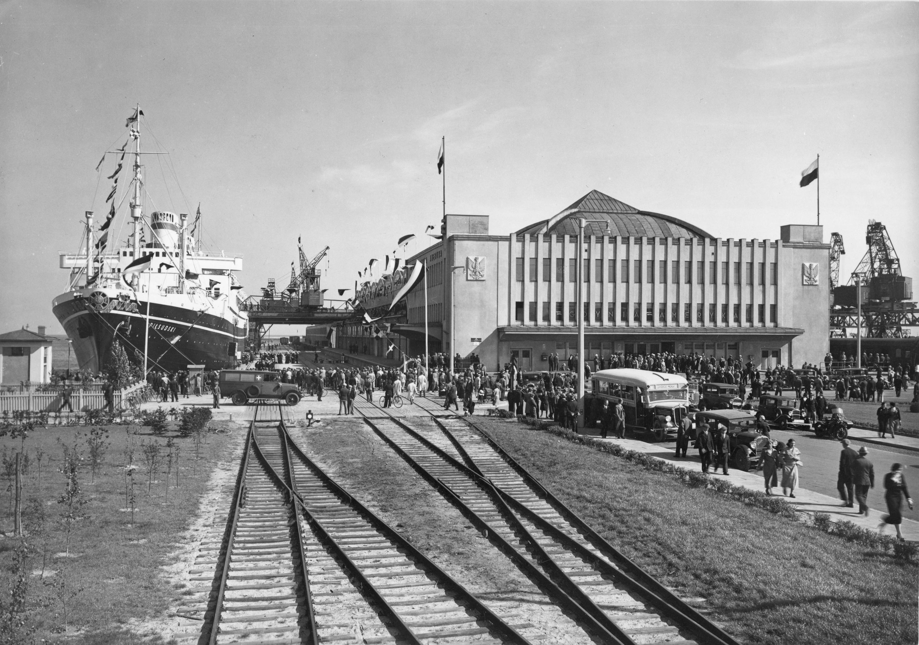 Gdynia. Transatlantycki dworzec morski. Przy nabrzeżu MS Piłsudski