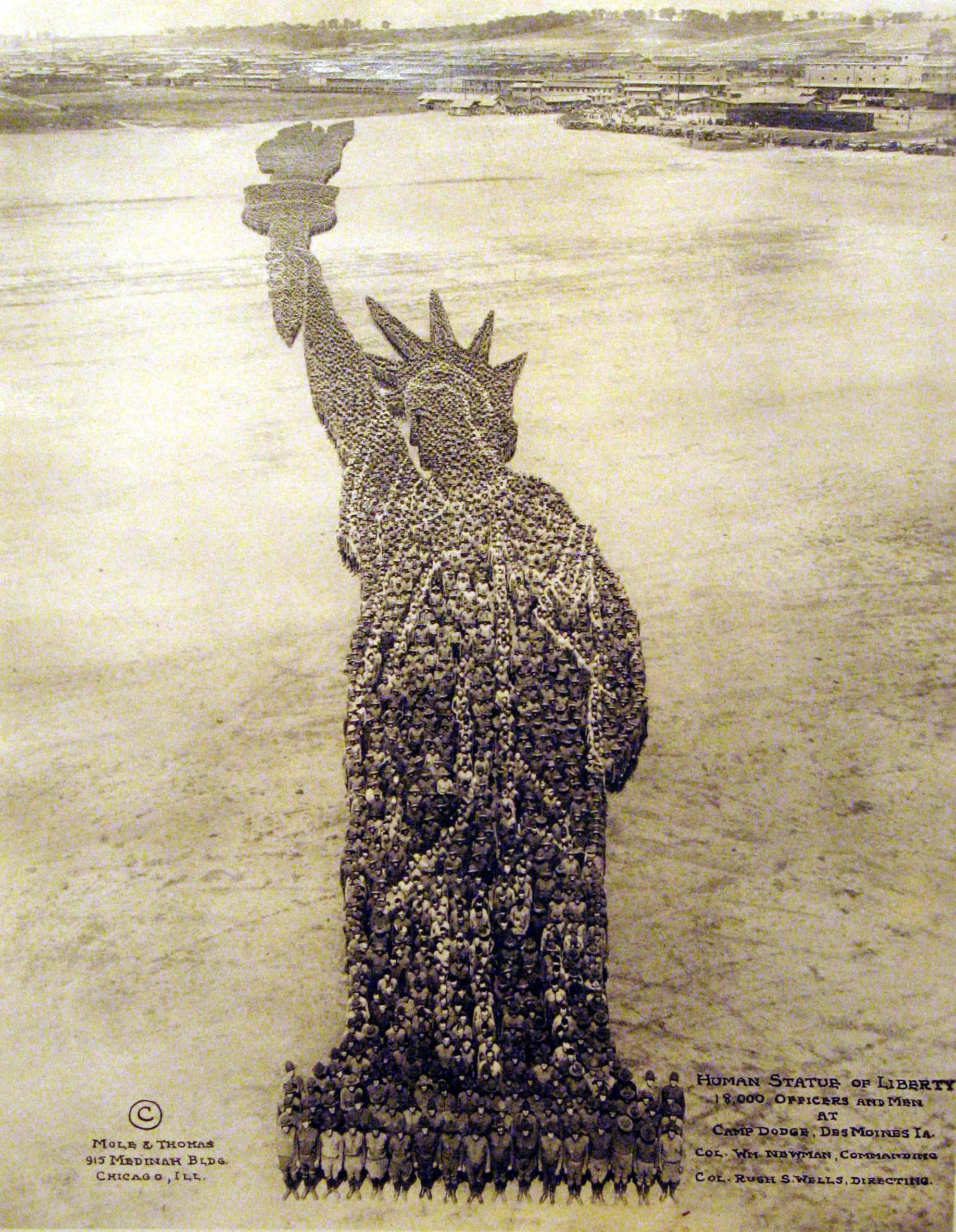 """""""Human Statue of Liberty"""" - 18 000 ludzi."""
